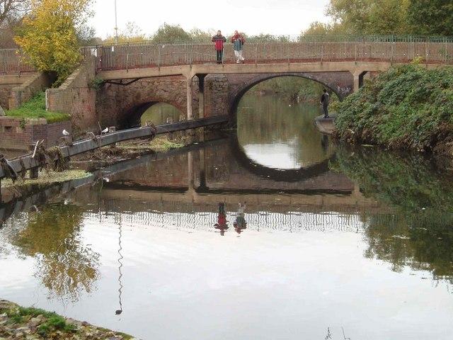 Thurcaston roadbridge and footbridge over the river Soar