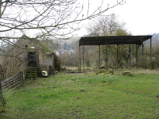 Derelict building on path to Bolehill