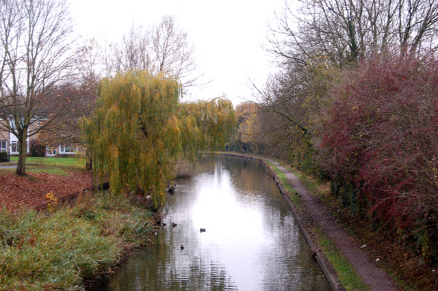 Looking west along the Grand Union Canal near the Sydenham estate